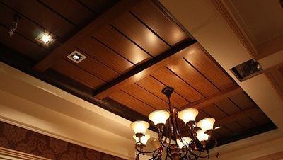 条形铝扣板吊顶效果图-现代简约风铝扣板吊顶效果图