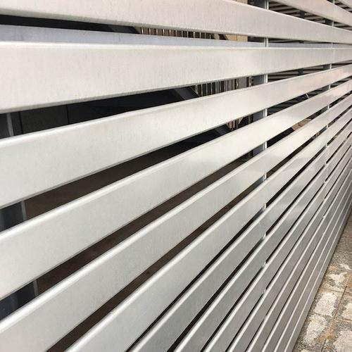 生产铝扣板的公司-黑色铝格栅天花的特点